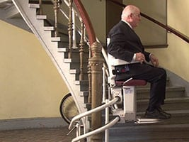 Cầu thang máy dành cho người khuyết tật di chuyển dễ dàng