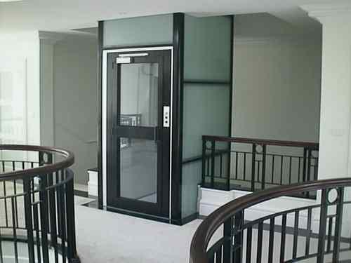 Thang máy đặt cùng với thang bộ