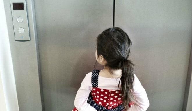 Dạy trẻ không được đi thang máy một mình