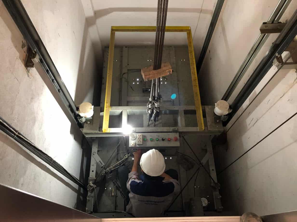 Hãy lựa chọn những đơn vị uy tín để bảo trì thang máy.