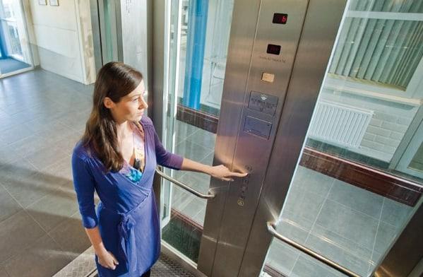 8 điều không nên làm khi sử dụng thang máy
