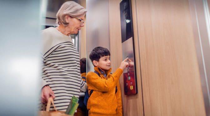 4 điều cần lưu ý trẻ khi sử dụng cầu thang máy