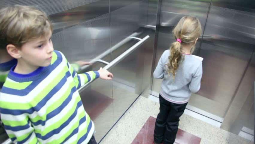 Dạy trẻ biết tới văn hóa đi thang máy