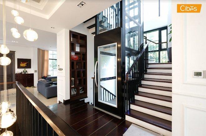 thang máy màu đen phù hợp với cả không gian