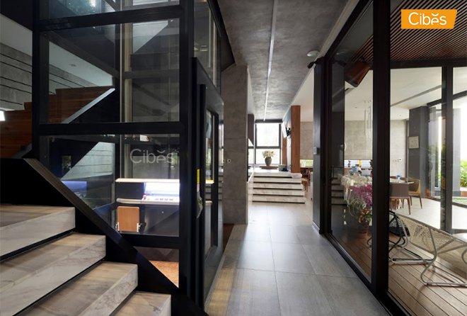 thang máy màu đen, hài hòa với penthouse