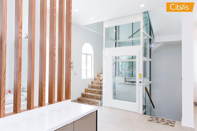 thang máy màu trắng phù hợp hài hòa với không gian